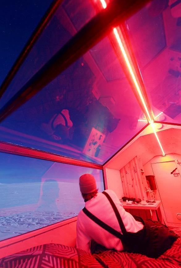 Ngủ đêm trên xe trượt tuyết và ngắm cực quang - Ảnh 2.