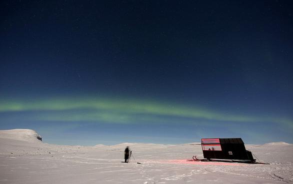 Ngủ đêm trên xe trượt tuyết và ngắm cực quang - Ảnh 3.