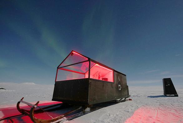 Ngủ đêm trên xe trượt tuyết và ngắm cực quang - Ảnh 1.