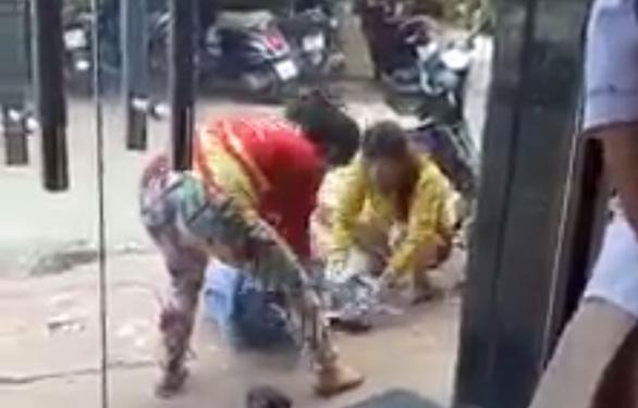 Một cô gái bị đánh đập giữa đường, không ai dám can ngăn - Ảnh 2.