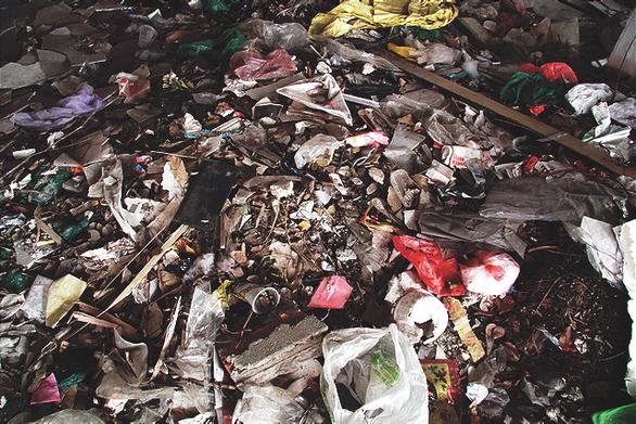 Chung cư bỏ hoang giữa lòng Hà Nội ngập tràn rác thải - Ảnh 4.