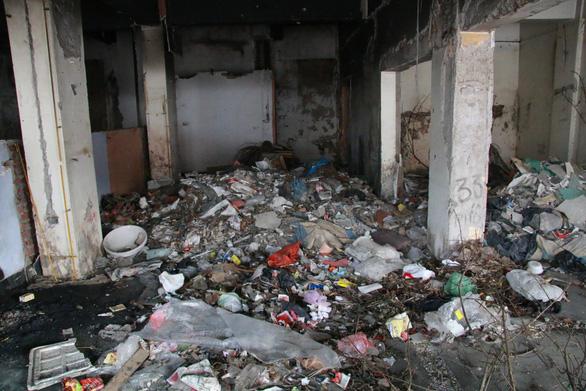 Chung cư bỏ hoang giữa lòng Hà Nội ngập tràn rác thải - Ảnh 3.
