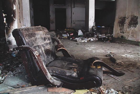 Chung cư bỏ hoang giữa lòng Hà Nội ngập tràn rác thải - Ảnh 5.
