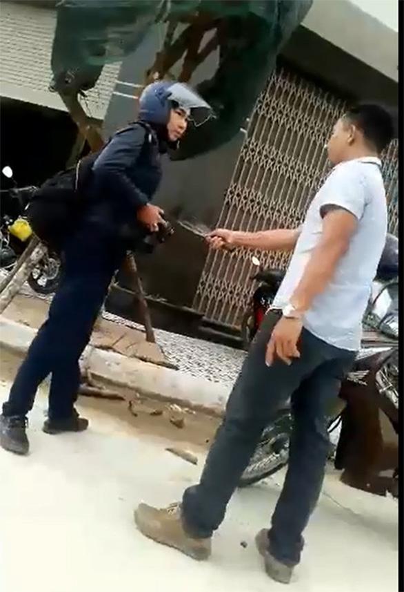 Dùng dao dọa chém phóng viên là đe dọa giết người - Ảnh 1.