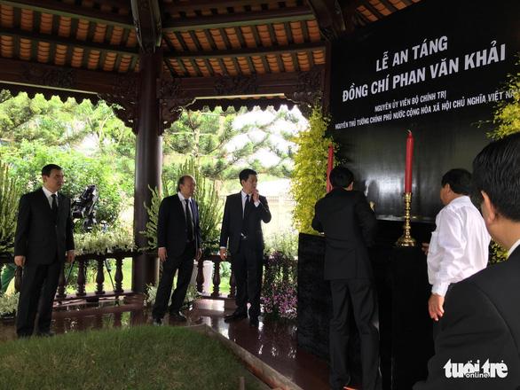 Hàng ngàn người tiễn cố Thủ tướng Phan Văn Khải về đất mẹ - Ảnh 21.