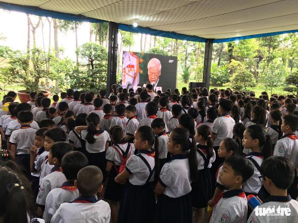 Hàng ngàn người tiễn cố Thủ tướng Phan Văn Khải về đất mẹ - Ảnh 20.