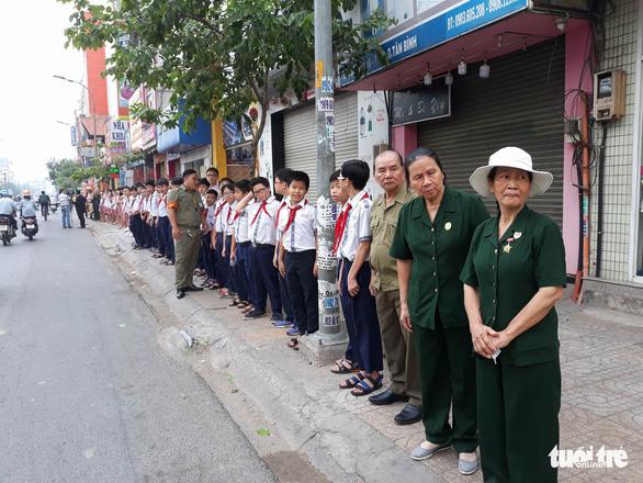 Hàng ngàn người tiễn cố Thủ tướng Phan Văn Khải về đất mẹ - Ảnh 14.