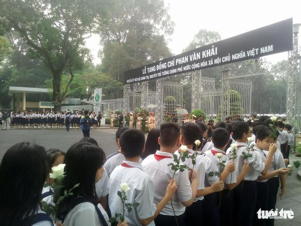 Hàng ngàn người tiễn cố Thủ tướng Phan Văn Khải về đất mẹ - Ảnh 9.
