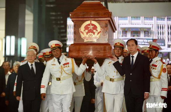 Hàng ngàn người tiễn cố Thủ tướng Phan Văn Khải về đất mẹ - Ảnh 2.