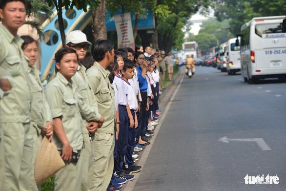 Hàng ngàn người tiễn cố Thủ tướng Phan Văn Khải về đất mẹ - Ảnh 13.