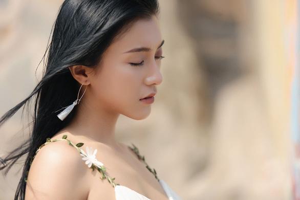 Tiêu Châu Như Quỳnh gây ồn ào khi ôm… thủ cấp trong MV mới - Ảnh 5.
