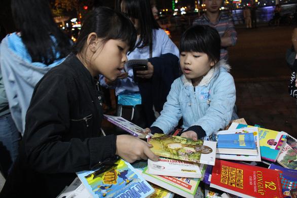 Người dân Đà Nẵng chen chân mua sách 39.000 đồng/kg - Ảnh 3.