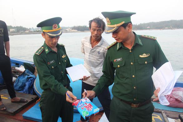 Ngư dân Quảng Ngãi tố bị tàu Trung Quốc cướp phá ở Hoàng Sa - Ảnh 8.