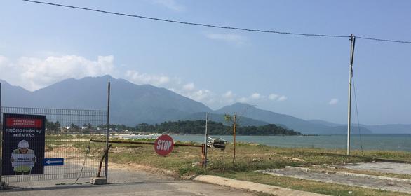 Tháo dỡ hàng rào dự án resort bịt lối xuống biển Đà Nẵng - Ảnh 1.