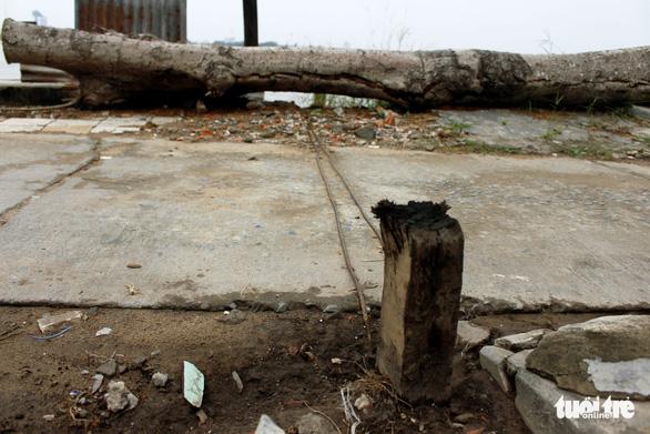 Sợ hố xoáy nuốt nhà, dân... cột dây thép giữ đất - Ảnh 7.