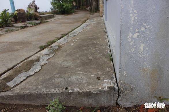 Sợ hố xoáy nuốt nhà, dân... cột dây thép giữ đất - Ảnh 4.