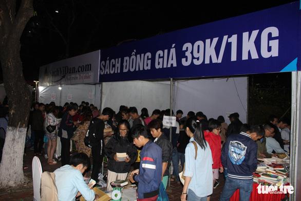 Người dân Đà Nẵng chen chân mua sách 39.000 đồng/kg - Ảnh 2.