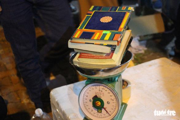 Người dân Đà Nẵng chen chân mua sách 39.000 đồng/kg - Ảnh 4.