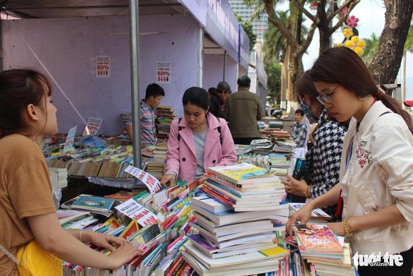 Người dân Đà Nẵng chen chân mua sách 39.000 đồng/kg - Ảnh 1.