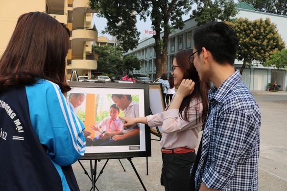 Triển lãm ảnh Sức sống Trường Sa đến với sinh viên ĐH Thương mại - Ảnh 3.