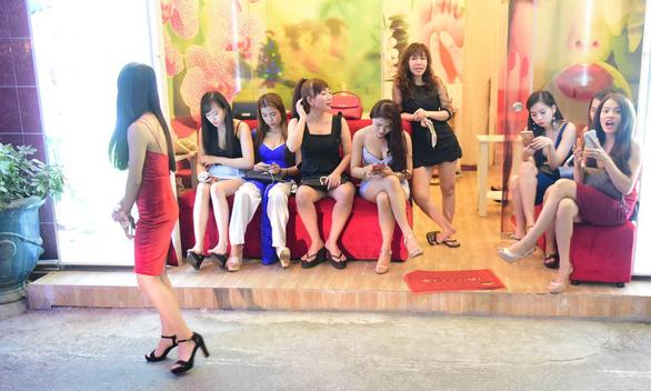 Bar kiểu Nhật ở Sài Gòn: Từ counter bar đến hostess bar - Ảnh 2.
