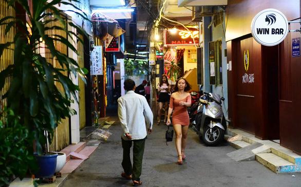 Bar kiểu Nhật ở Sài Gòn: Từ counter bar đến hostess bar - Ảnh 3.