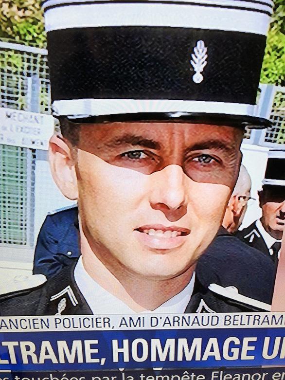 Cảm phục người cảnh sát Pháp hi sinh cứu con tin - Ảnh 1.