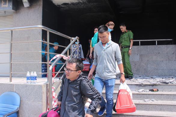 Người dân trở lại chung cư Carina, bức xúc đòi biết thông tin vụ cháy - Ảnh 4.