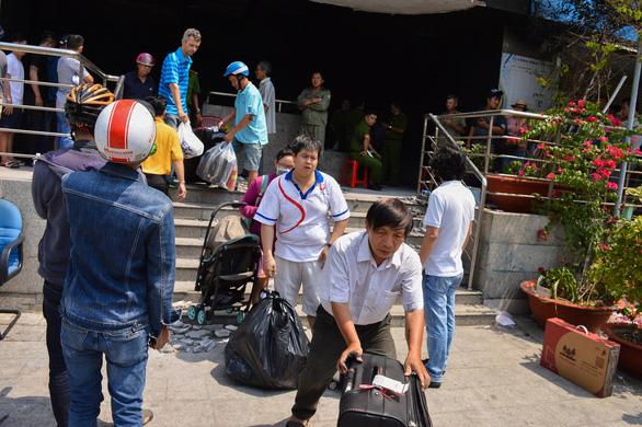 Người dân trở lại chung cư Carina, bức xúc đòi biết thông tin vụ cháy - Ảnh 6.