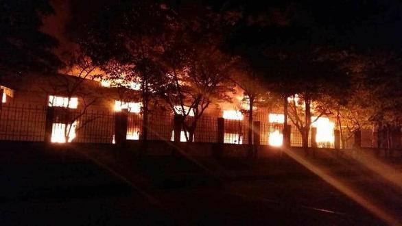 Cháy rụi 4 nhà xưởng công ty may Hàn Quốc ở Vĩnh Phúc - Ảnh 1.