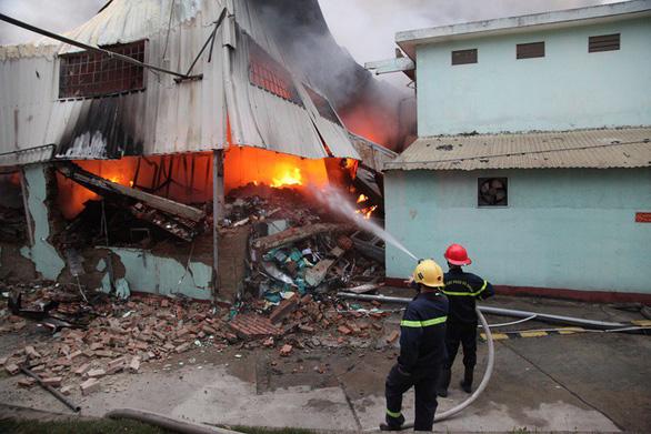 Cháy rụi 4 nhà xưởng công ty may Hàn Quốc ở Vĩnh Phúc - Ảnh 2.