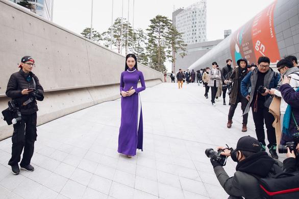 Nàng thơ xứ Huế tỏa sáng cùng áo dài ở Seoul Fashion Week - Ảnh 2.