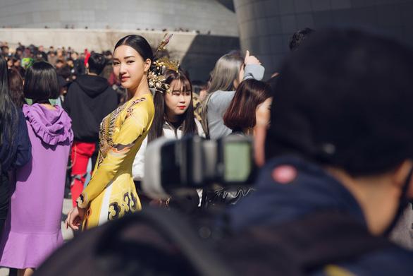 Nàng thơ xứ Huế tỏa sáng cùng áo dài ở Seoul Fashion Week - Ảnh 6.