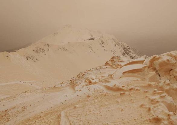 Tuyết cam lạ mắt rơi xuống nhiều nước châu Âu - Ảnh 4.