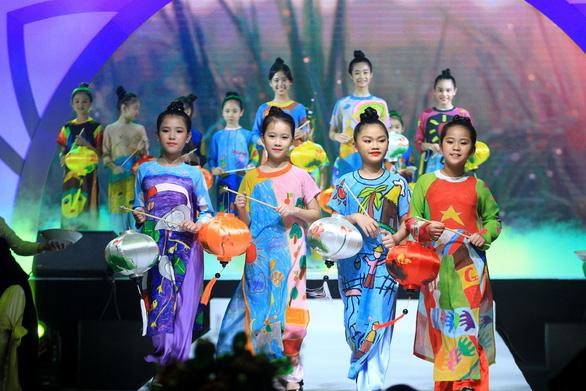 Lễ hội áo dài 2018: thu hút 100.000 khách, tặng 6000 tà áo dài - Ảnh 1.