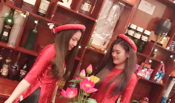 Bar kiểu Nhật ở Sài Gòn: Những khách Nhật si tình - Ảnh 1.