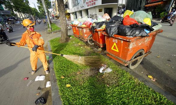 Đấu thầu thu gom rác: Tiết kiệm tiền tỉ, triển khai ì ạch - Ảnh 1.
