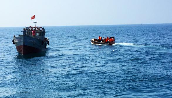Tặng ngư dân cờ Tổ quốc mới trước khi ra khơi ở Hoàng Sa - Ảnh 4.