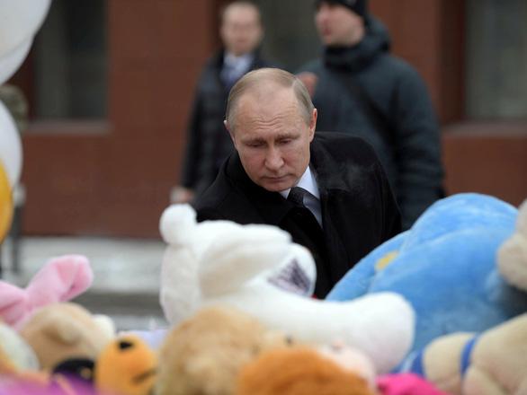 Nga quốc tang 64 người chết cháy, Tổng thống Putin hứa trừng trị kẻ gây họa - Ảnh 1.