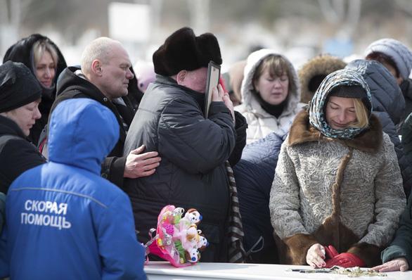 Nga quốc tang 64 người chết cháy, Tổng thống Putin hứa trừng trị kẻ gây họa - Ảnh 9.
