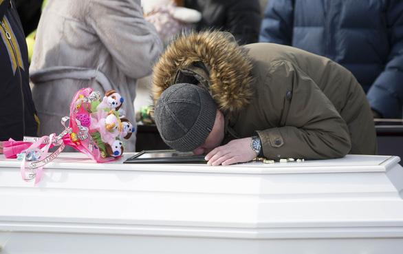 Nga quốc tang 64 người chết cháy, Tổng thống Putin hứa trừng trị kẻ gây họa - Ảnh 10.