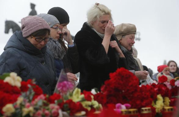 Nga quốc tang 64 người chết cháy, Tổng thống Putin hứa trừng trị kẻ gây họa - Ảnh 5.