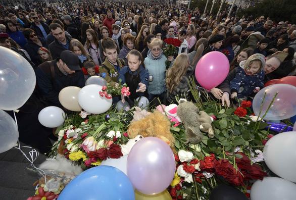Nga quốc tang 64 người chết cháy, Tổng thống Putin hứa trừng trị kẻ gây họa - Ảnh 6.
