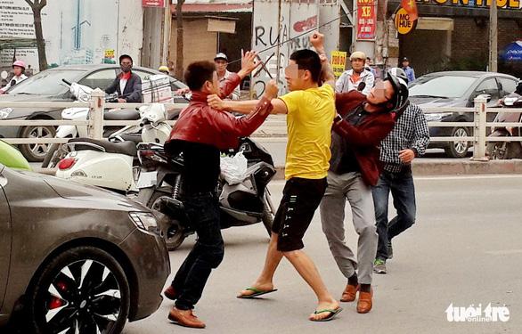 Sao người Việt ra nước ngoài văn minh, về nhà lại luộm thuộm? - Ảnh 1.