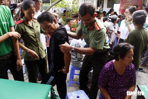 Công an Cần Thơ tặng quà, khám bệnh miễn phí cho người nghèo - Ảnh 1.