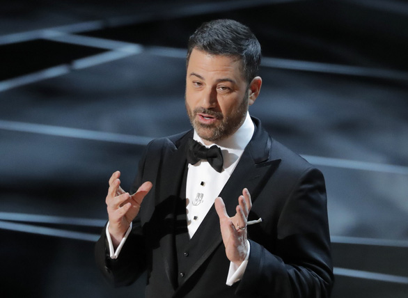 Những pha châm biếm xéo xắt nhất của Jimmy Kimmel tại Oscar 90 - Ảnh 2.
