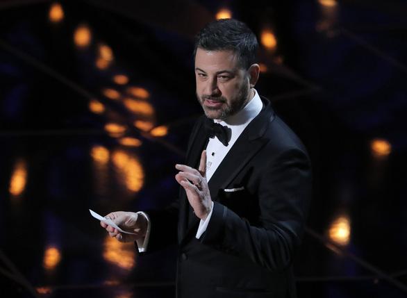 Những pha châm biếm xéo xắt nhất của Jimmy Kimmel tại Oscar 90 - Ảnh 1.