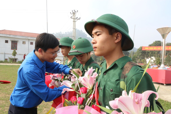 Xúc động cảnh người thân tiễn tân binh ngày nhập ngũ - Ảnh 15.