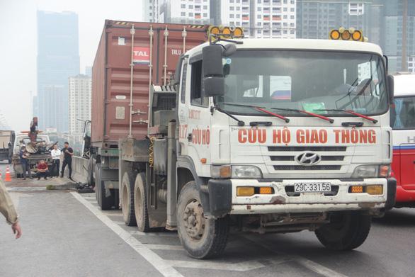 Xe container đâm nát dải phân cách, vành đai 3 tắc từ sáng tới trưa - Ảnh 5.