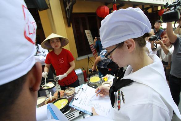 Đầu bếp tàu sân bay Mỹ nấu mì Quảng, làm nem rán, bánh xèo - Ảnh 3.